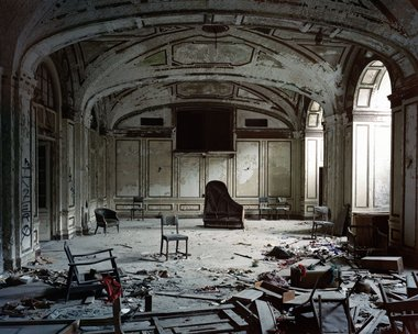 Frank Schwere, Ballroom (Lee Plaza Hotel, 2240 West Grand Blvd), Detroit, MI, 2009 C-Print, 126cm x 100cm. Courtesy of the artist and Two Rooms