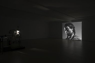 Luke Willis Thompson, autoportrait, 35 mm silent b/w film, as installed at Hopkinson Mossman